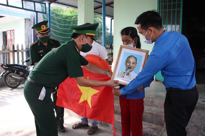 Trao thêm 1.000 lá cờ Tổ quốc cho ngư dân tỉnh Quảng Nam - Ảnh 3.
