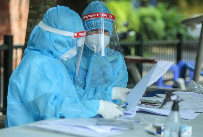 Nhân viên y tế Hà Nội làm công tác phòng chống dịch Covid-19 - Ảnh: Ngô Nhung