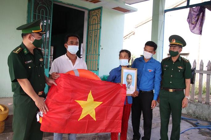 Trao thêm 1.000 lá cờ Tổ quốc cho ngư dân tỉnh Quảng Nam - Ảnh 4.