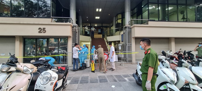 7 người thân nhân viên ngân hàng dương tính SARS-CoV-2 - Ảnh 1.