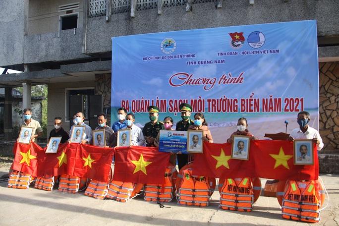 Trao thêm 1.000 lá cờ Tổ quốc cho ngư dân tỉnh Quảng Nam - Ảnh 1.