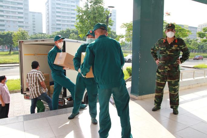 TP HCM tổ chức 12 đoàn đến các bệnh viện điều trị Covid-19 và khu cách ly - Ảnh 8.