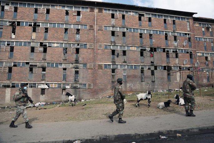 Bạo loạn Nam Phi: Ít nhất 117 người chết, hàng chục ngàn binh sĩ xuất quân - Ảnh 1.