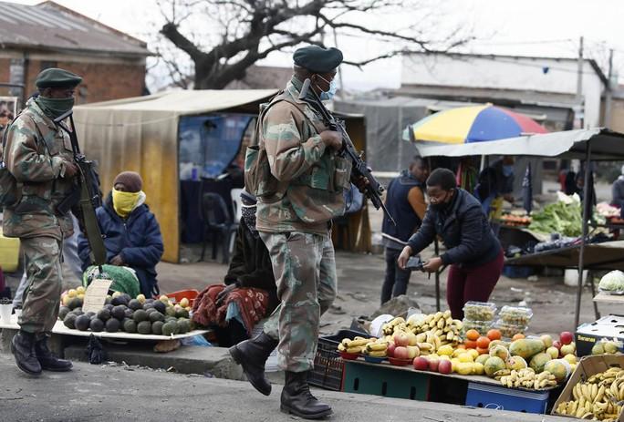 Bạo loạn Nam Phi: Ít nhất 117 người chết, hàng chục ngàn binh sĩ xuất quân - Ảnh 2.