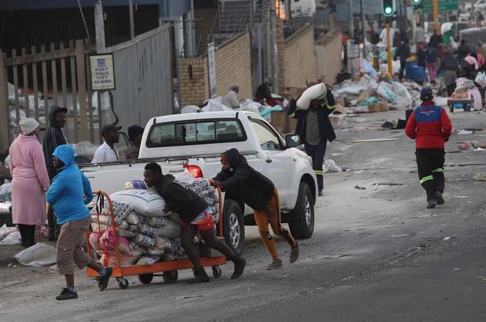 Bạo loạn Nam Phi: Ít nhất 117 người chết, hàng chục ngàn binh sĩ xuất quân - Ảnh 6.
