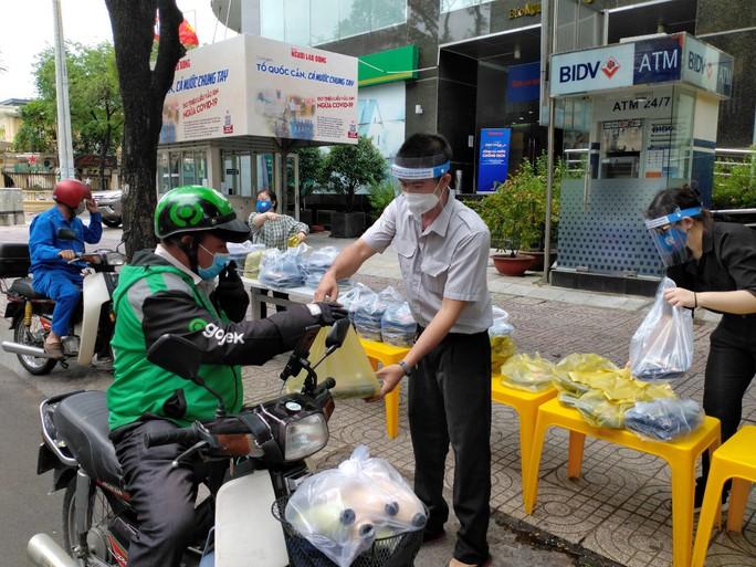 Thực phẩm miễn phí cùng cả nước chống dịch tiếp tục hành trình sẻ chia - Ảnh 2.