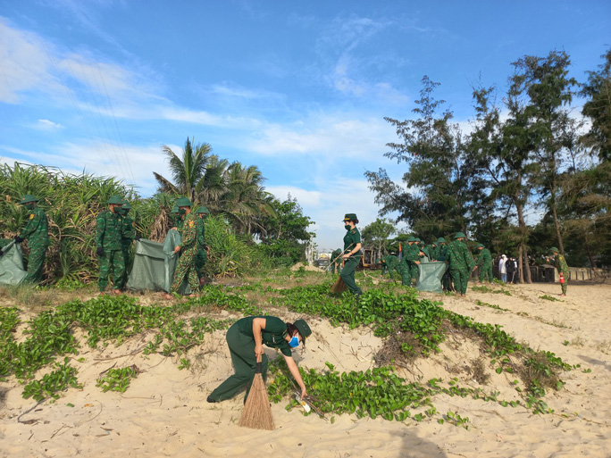 Trao thêm 1.000 lá cờ Tổ quốc cho ngư dân tỉnh Quảng Nam - Ảnh 5.