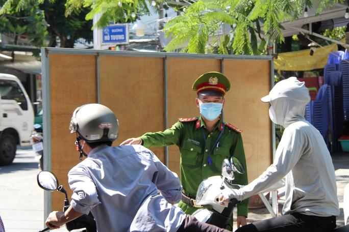 Đà Nẵng ngày đầu thực hiện Chỉ thị 16 tại 4 phường - Ảnh 9.