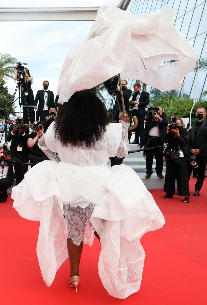 """Mốt """"thả rông"""" tiếp tục được chuộng trên thảm đỏ Cannes 2021 - Ảnh 7."""