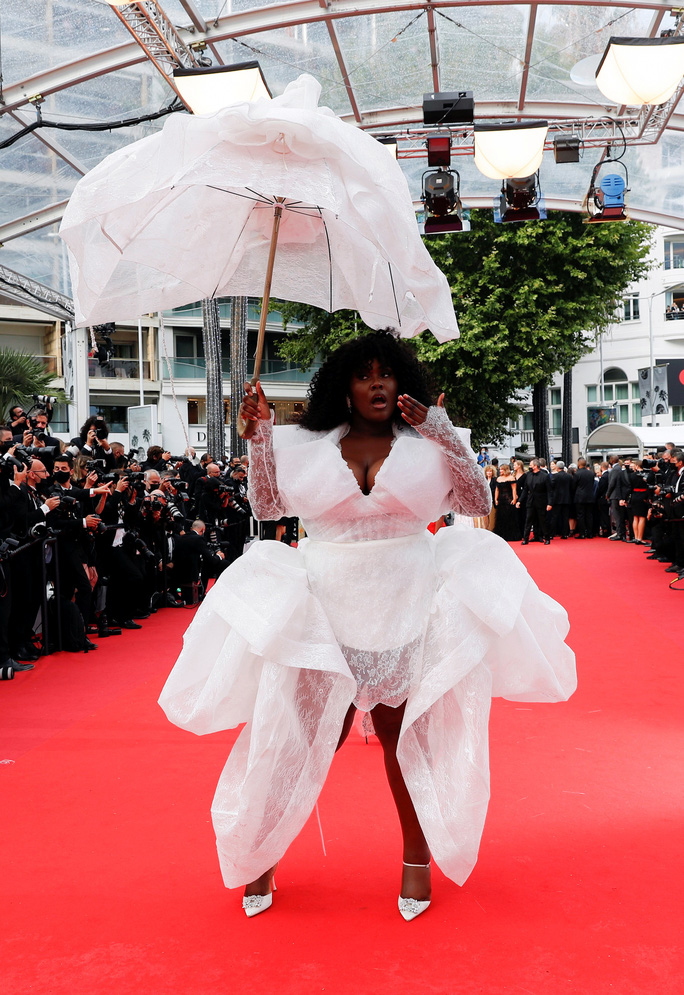 """Mốt """"thả rông"""" tiếp tục được chuộng trên thảm đỏ Cannes 2021 - Ảnh 6."""