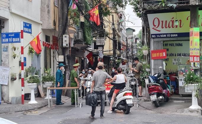 Cấp bách yêu cầu người dân Hà Nội không ra khỏi nhà, cấm tụ tập quá 5 người - Ảnh 1.