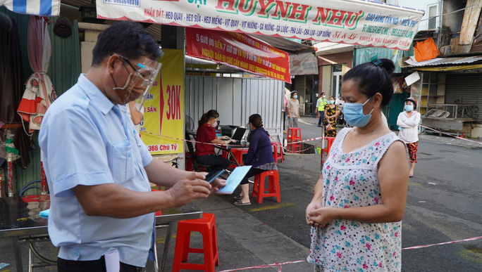 Người dân TP HCM có thể được phát thẻ đi chợ cách 2-3 ngày/lần - Ảnh 1.
