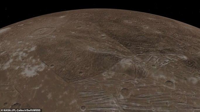 Những bức ảnh tuyệt đẹp về mặt trăng lớn nhất Hệ Mặt trời - 3