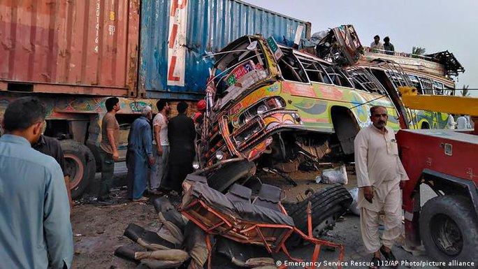 Tai nạn xe buýt kinh hoàng, 104 người thương vong - Ảnh 1.