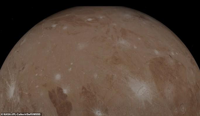 Những bức ảnh tuyệt đẹp về mặt trăng lớn nhất Hệ Mặt trời - 2
