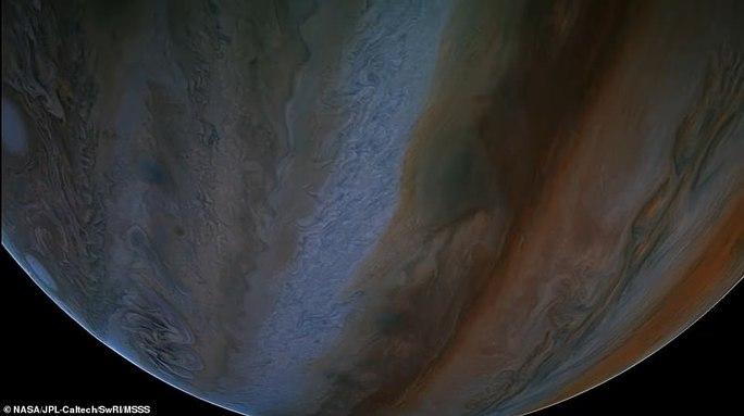 Những bức ảnh tuyệt đẹp về mặt trăng lớn nhất Hệ Mặt trời - 5
