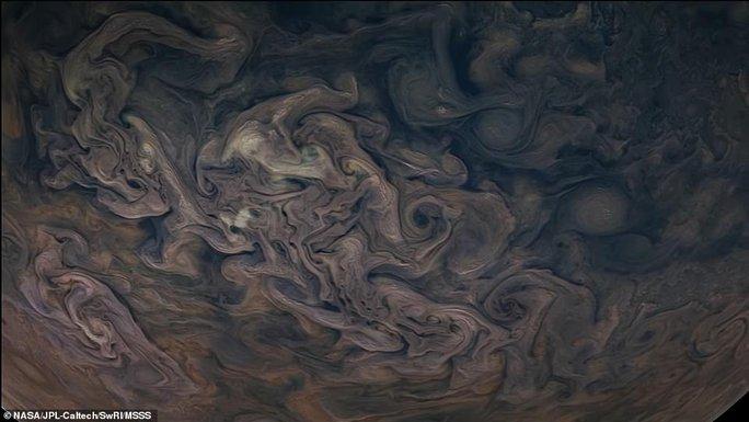 Những bức ảnh tuyệt đẹp về mặt trăng lớn nhất Hệ Mặt trời - 6