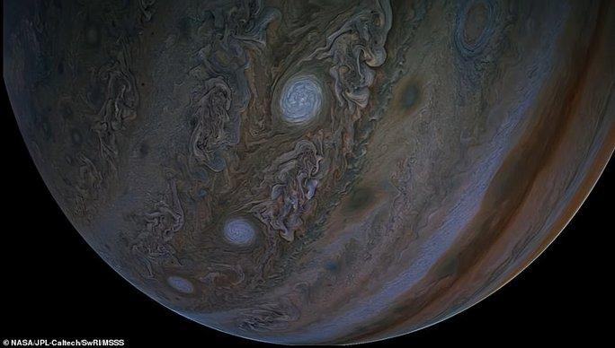 Những bức ảnh tuyệt đẹp về mặt trăng lớn nhất Hệ Mặt trời - 7