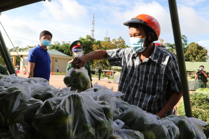 Bộ đội ở Long An hái rau quả tặng người dân - Ảnh 4.