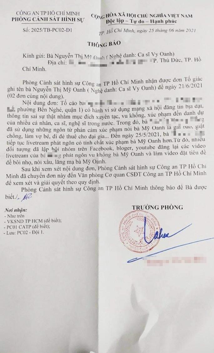 Ca sĩ Vy Oanh tố cáo nữ doanh nhân livestream nói cô đẻ thuê, cướp chồng... - Ảnh 1.