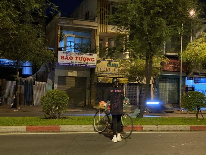 Nửa đêm, hoa hậu Trần Tiểu Vy lang thang ngoài phố tìm người nghèo - Ảnh 4.