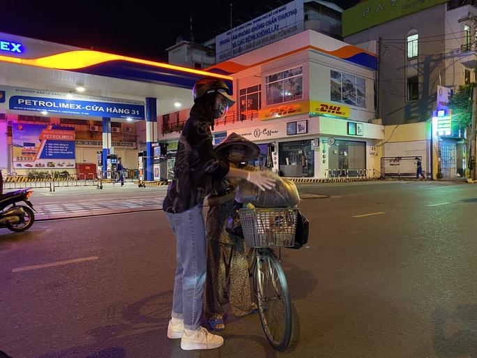 Nửa đêm, hoa hậu Trần Tiểu Vy lang thang ngoài phố tìm người nghèo - Ảnh 7.