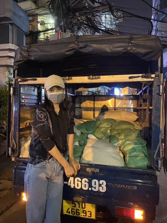 Nửa đêm, hoa hậu Trần Tiểu Vy lang thang ngoài phố tìm người nghèo - Ảnh 2.