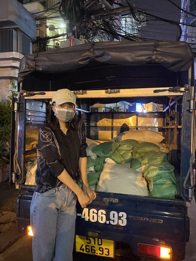 Nửa đêm, hoa hậu Trần Tiểu Vy lang thang ngoài phố tìm người nghèo - Ảnh 6.