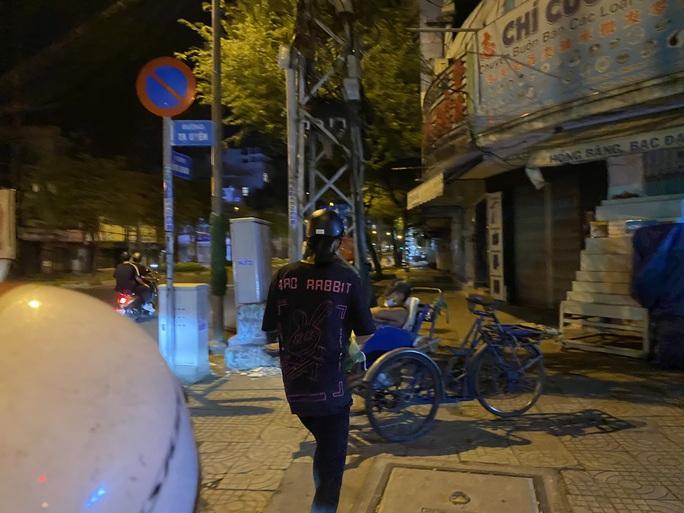 Nửa đêm, hoa hậu Trần Tiểu Vy lang thang ngoài phố tìm người nghèo - Ảnh 5.