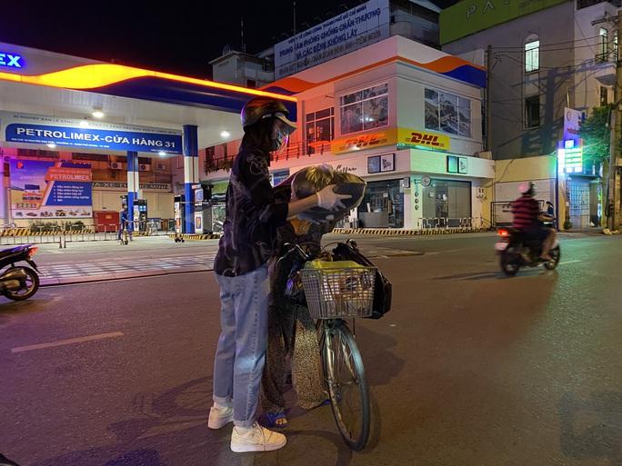 Nửa đêm, hoa hậu Trần Tiểu Vy lang thang ngoài phố tìm người nghèo - Ảnh 3.