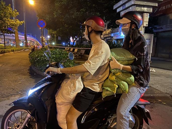 Nửa đêm, hoa hậu Trần Tiểu Vy lang thang ngoài phố tìm người nghèo - Ảnh 1.