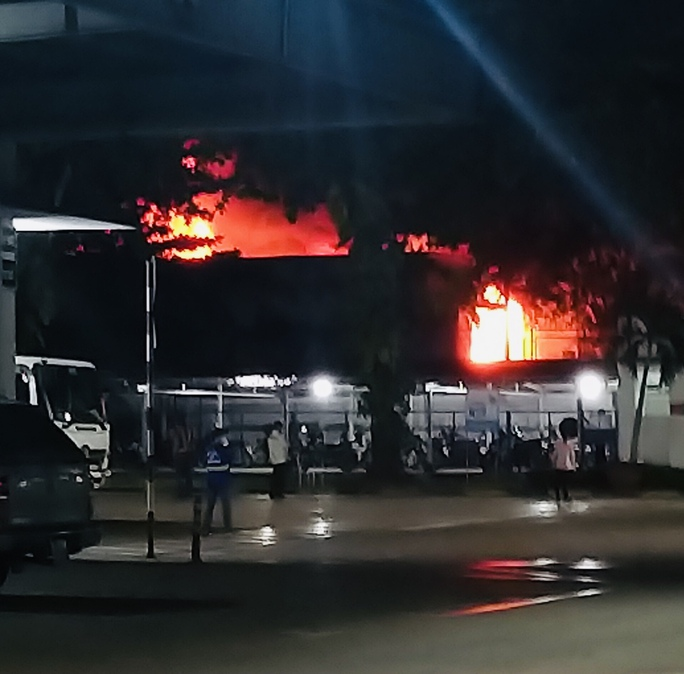 Cháy nhà trong khu phong tỏa ở TP Thủ Đức, một người tử vong - Ảnh 1.