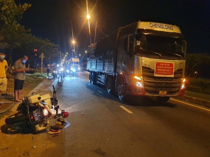 Tài xế xe tải né trạm thu phí, tông một CSGT bị thương - Ảnh 2.