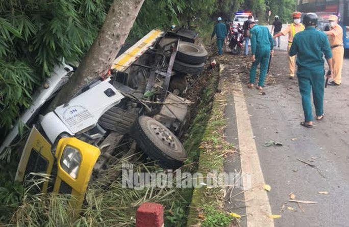 Lật xe trên đèo Bảo Lộc, 2 người tử vong tại chỗ - Ảnh 2.
