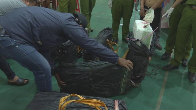 Clip: Khoảnh khắc truy bắt 2 đối tượng chở 2 tạ ma túy đá từ Lào về TP HCM - Ảnh 2.