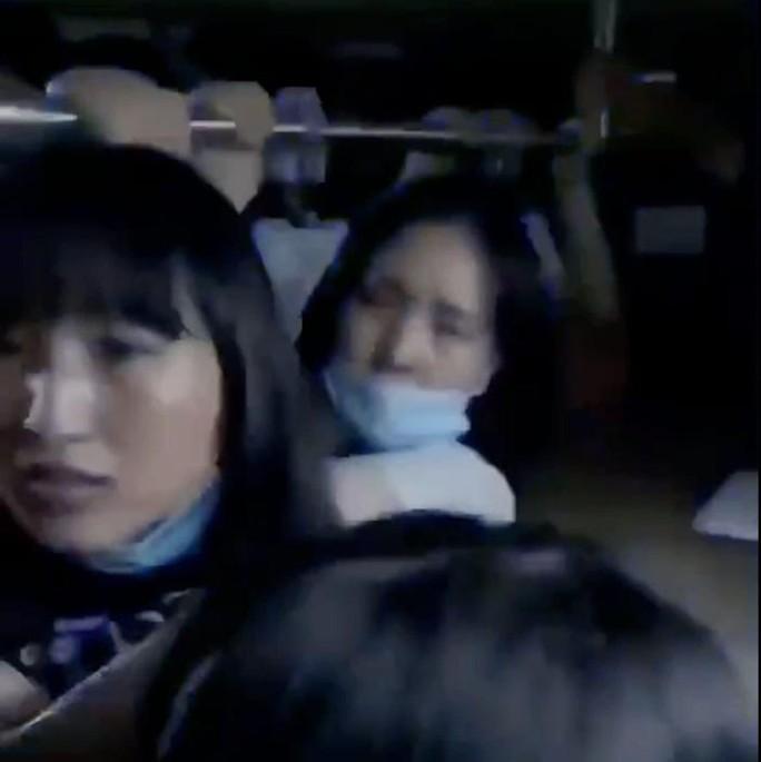 Trung Quốc: Đường phố thành sông, nước ngập tới ngực hành khách đi tàu hỏa - Ảnh 2.
