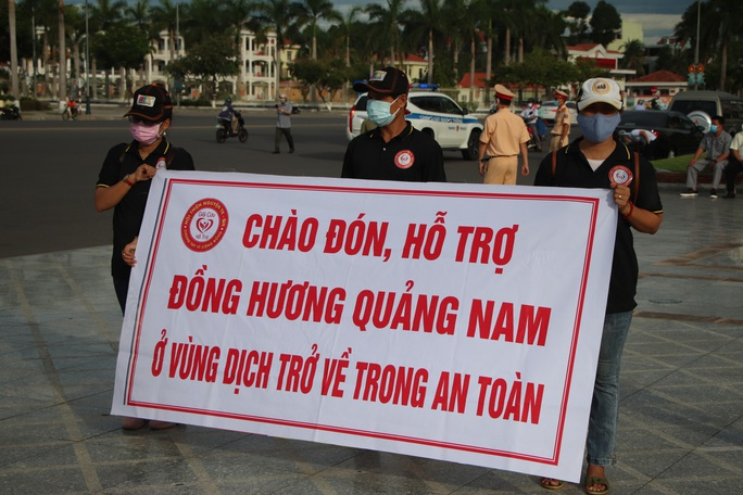 Quảng Nam đưa xe đón đồng hương, mang theo 100 tấn nông sản hỗ trợ TP HCM - Ảnh 4.