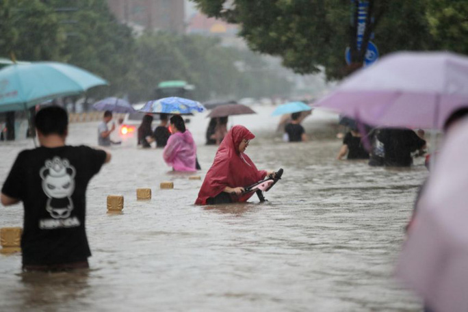 Trung Quốc: Đường phố thành sông, nước ngập tới ngực hành khách đi tàu hỏa - Ảnh 3.