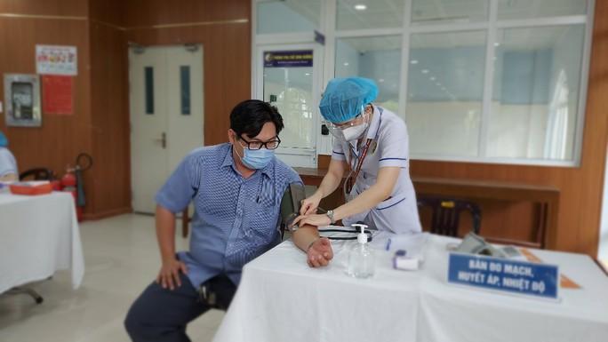 TP HCM thí điểm tiêm vắc-xin Covid-19 trước khi triển khai đại trà cho người dân - Ảnh 3.