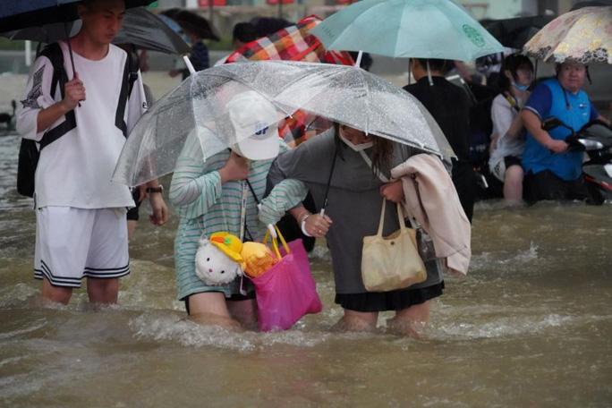 Trung Quốc: Đường phố thành sông, nước ngập tới ngực hành khách đi tàu hỏa - Ảnh 4.