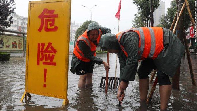 Trung Quốc cho nổ đê để giải phóng nước lũ - Ảnh 6.
