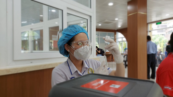 TP HCM thí điểm tiêm vắc-xin Covid-19 trước khi triển khai đại trà cho người dân - Ảnh 4.