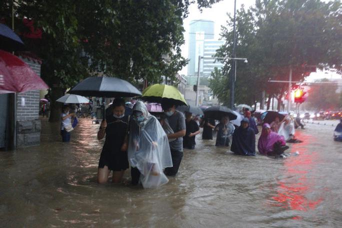 Trung Quốc: Đường phố thành sông, nước ngập tới ngực hành khách đi tàu hỏa - Ảnh 7.