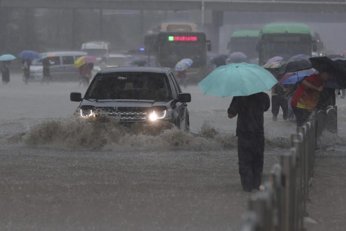 Trung Quốc: Đường phố thành sông, nước ngập tới ngực hành khách đi tàu hỏa - Ảnh 8.