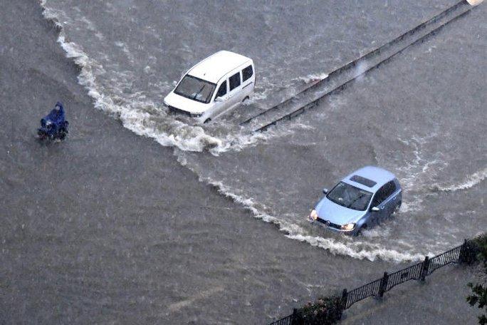 Trung Quốc: Đường phố thành sông, nước ngập tới ngực hành khách đi tàu hỏa - Ảnh 9.