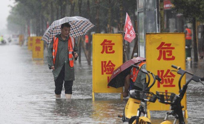 Trung Quốc: Đường phố thành sông, nước ngập tới ngực hành khách đi tàu hỏa - Ảnh 10.