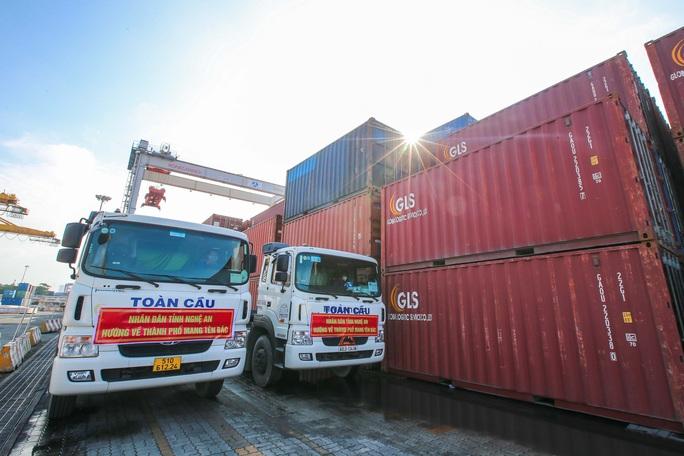 Gần 300 tấn nhu yếu phẩm ủng hộ người dân Thành phố Hồ Chí Minh đã đến Cảng Bến Nghé - Ảnh 1.