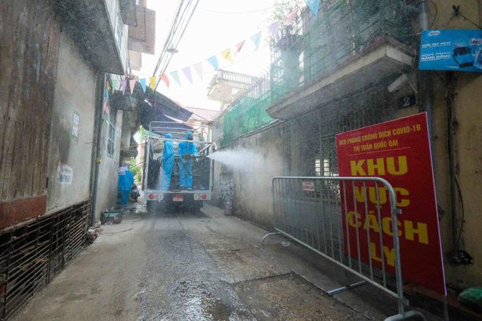 CLIP: Phun khử khuẩn toàn bộ thị trấn Quốc Oai sau khi phát hiện 22 ca Covid-19 và hàng trăm F1 - Ảnh 8.