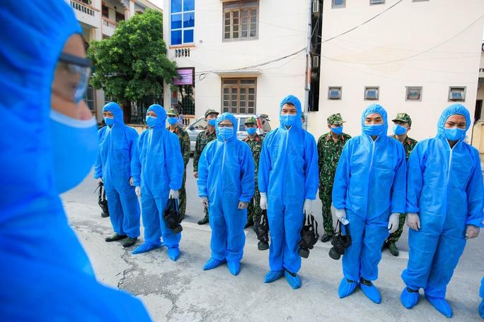 CLIP: Phun khử khuẩn toàn bộ thị trấn Quốc Oai sau khi phát hiện 22 ca Covid-19 và hàng trăm F1 - Ảnh 7.