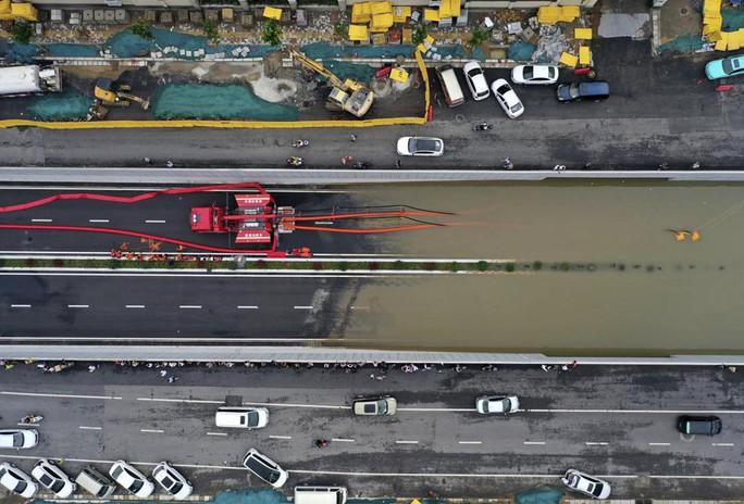Những hình ảnh đáng quên sau lũ lụt kinh khủng ở Trung Quốc - Ảnh 6.